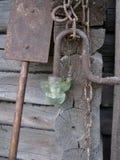 老生锈的金属链子,铁锹,碰撞了玻璃灯笼 免版税库存照片