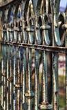 老生锈的铁篱芭关闭 库存图片