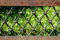 老生锈的铁篱芭 免版税库存照片