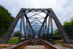 老生锈的铁路在与树和天空射击的好日子在正面图 库存照片