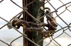 老生锈的链子作为在一个老门的一把锁 图库摄影