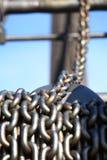 老生锈的链子和起重机产业机器 免版税库存图片