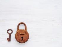 老生锈的锁和钥匙在木背景 库存照片