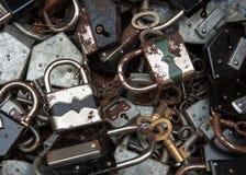 老生锈的锁和钥匙在跳蚤市场上在巴黎。 免版税库存图片