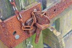 老生锈的锁和链子 免版税库存照片