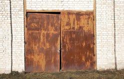 老生锈的门 免版税库存图片