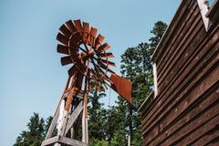 老生锈的风车 免版税图库摄影