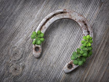 老生锈的马掌和四片叶子三叶草 免版税库存照片