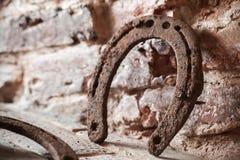 老生锈的马掌站立近的墙壁 库存照片