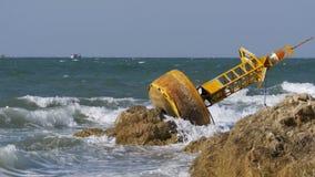 老生锈的黄色浮体在一个多岩石的海滩的岸说谎 泰国 芭达亚 聚会所 股票录像