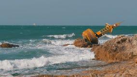 老生锈的黄色浮体在一个多岩石的海滩的岸说谎 泰国 芭达亚 聚会所 股票视频