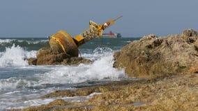 老生锈的黄色浮体在一个多岩石的海滩的岸说谎 泰国 芭达亚 聚会所 影视素材