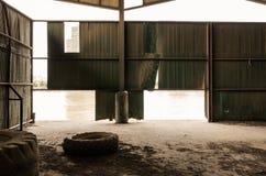 老生锈的仓库和河 库存图片
