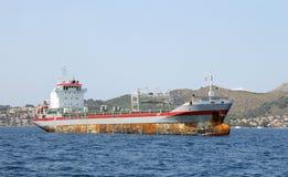 老生锈的货船 免版税图库摄影