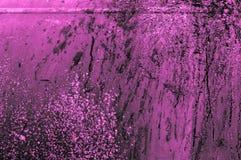 老生锈的紫色桃红色或紫色粉红紫罗兰色铁金属墙壁 库存照片