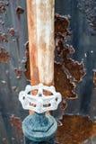 老生锈的水阀门,金属纹理 免版税库存照片