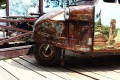 老生锈的Tuk在木地板上停放的Tuk 免版税库存照片