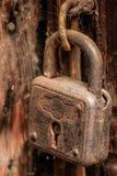 老生锈,但是可靠的毂仓大门锁 免版税库存图片