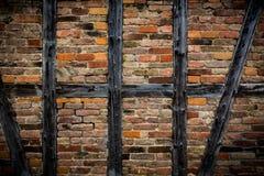 老用木材建造的被风化的砖墙,纹理,背景 免版税库存图片