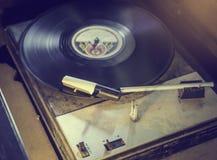 老电唱机转动的圆盘,葡萄酒口气 库存图片