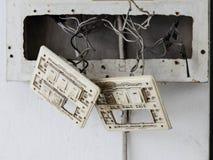 老电子灯开关崩溃,危险 库存照片