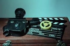 老电影摄影机拍板和卷轴与影片 免版税库存图片