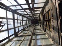 老电梯玻璃 库存照片