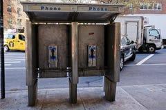 老电话亭在纽约 免版税库存照片
