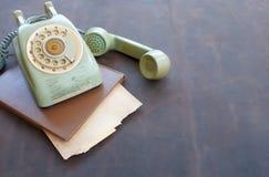 老电话和老纸在皮革 库存图片