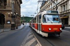老电车在布拉格在历史的市中心,捷克 库存图片