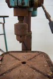 老电钻和等待崩溃修理 免版税库存图片