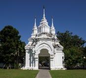 老白色亚洲寺庙入口 库存照片