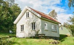 老白色传统挪威房子,在桦树森林附近 免版税库存图片