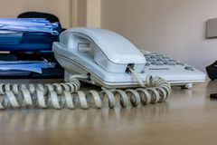 老白色办公室桌面电话 免版税库存图片