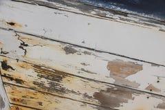 老白色和蓝色木小船 免版税图库摄影
