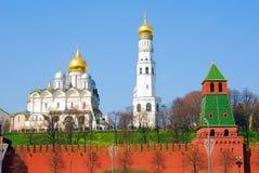 老白色教会和克里姆林宫红色墙壁  免版税库存图片