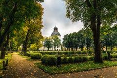 老白色教会和公墓秋天颜色的 库存照片