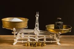 老白色葡萄酒厨房标度、黄铜与重量和糖 库存照片