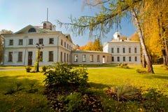 老白色豪宅在秋天森林里 库存照片