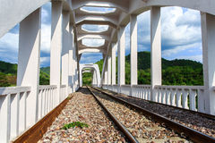 老白色铁路桥在1919年修建的 免版税库存照片