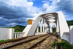 老白色铁路桥在1919年修建的 库存照片