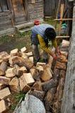 更老的人木柴为冬天做准备 免版税库存照片
