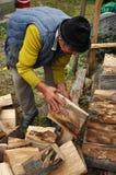 更老的人木柴为冬天做准备 库存图片