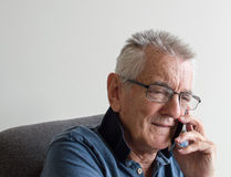 更老的人谈话在电话 免版税库存照片