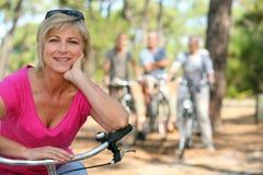 更老的女性骑自行车者 库存图片