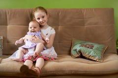 更老的姐妹对一点负更加年轻 免版税库存图片
