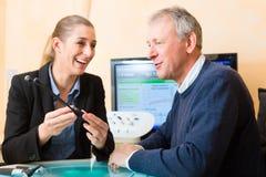 聋人做听力测试 免版税库存照片