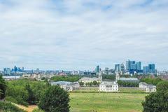 老皇家海军学院、一个世界遗产名录站点在格林威治,金丝雀码头伦敦和摩天大楼看法距离的 免版税库存照片