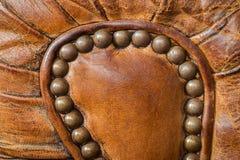 老皮革扶手椅子细节 免版税库存图片