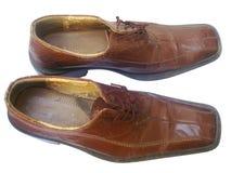老皮革棕色鞋子,被隔绝 库存图片